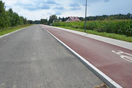 Zdjęcie poglądowe - fragment ciągu pieszo-rowerowego wzdłuż ulicy Wylotowej, zrealizowany w 2017 roku. Planowana inwestycja będzie jego kontynuacją - w kierunku Lędzin.