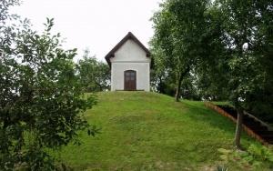 Kapliczka na kopcu